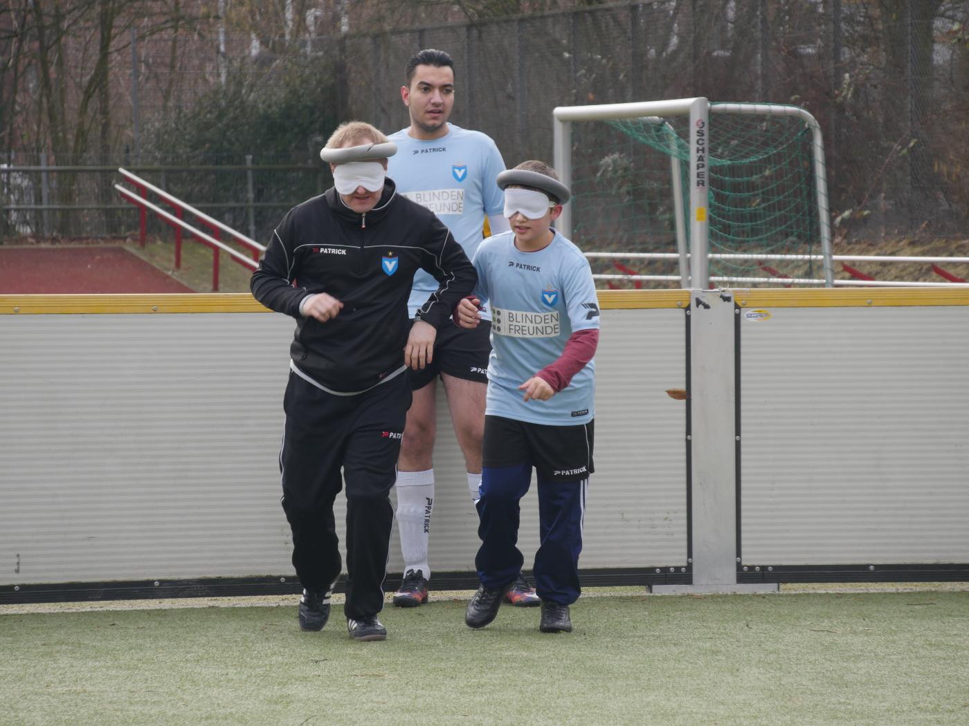 Unser Trainer Oliver Heise und das Nachwuchstalent Nico Rother bei einer Aufwärmübung vor Spielbeginn. Sie laufen gemeinsam von Bande zu Bande quer zum Spielfeld um sich mit den Platzabmessungen vertraut zu machen.